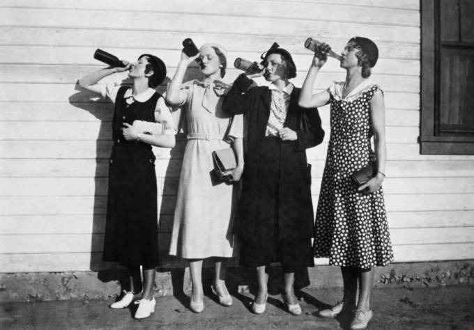 four-flappers-drinking
